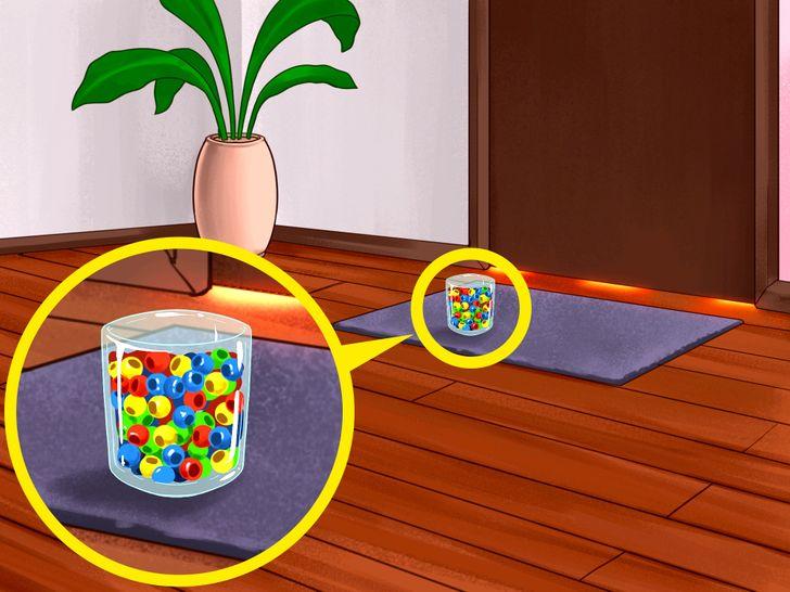 11. Đặt một ly chuỗi hạt sau cánh cửa của bạn.