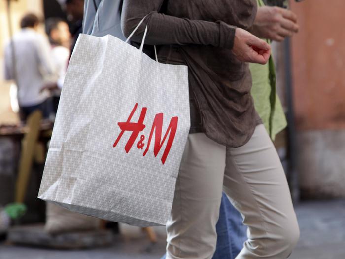 Một người cầm túi mua sắm H&M. Sara Sette / Shutterstock