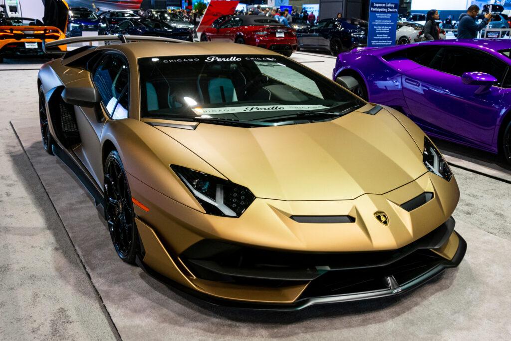 Lamborghini Aventador SVJ vàng tại Triển lãm ô tô | Dawid S Swierczek / Shutterstock.com