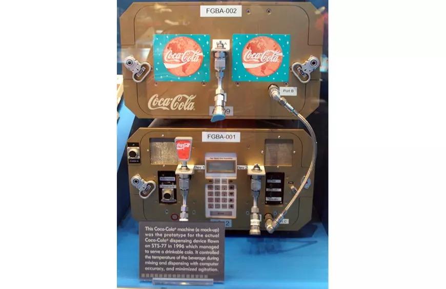 Và đây là một máy cung cấp Coke trên tàu con thoi