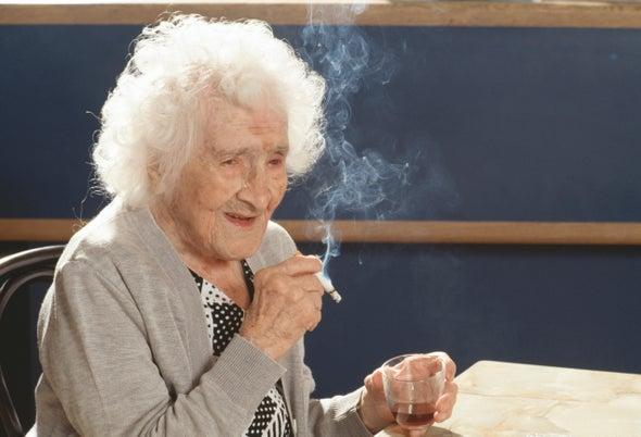 Jeanne Calment thưởng thức điếu thuốc hàng ngày và ly rượu vang đỏ nhân dịp sinh nhật lần thứ 117 của mình. Năm 1997, bà qua đời ở tuổi 122 và vẫn giữ kỷ lục là người có tuổi thọ cao nhất. Ảnh: Jean-Pierre Fizet Getty Images