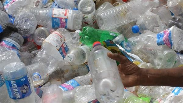 Chai nhựa rác thải. Ảnh: baovanhoa.vn/