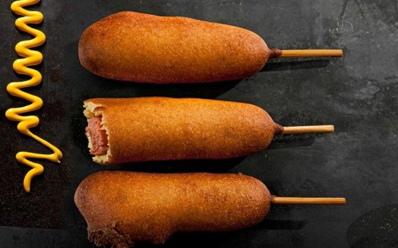Sự thật thú vị về corn dogs (xúc xích tẩm bột ngô)
