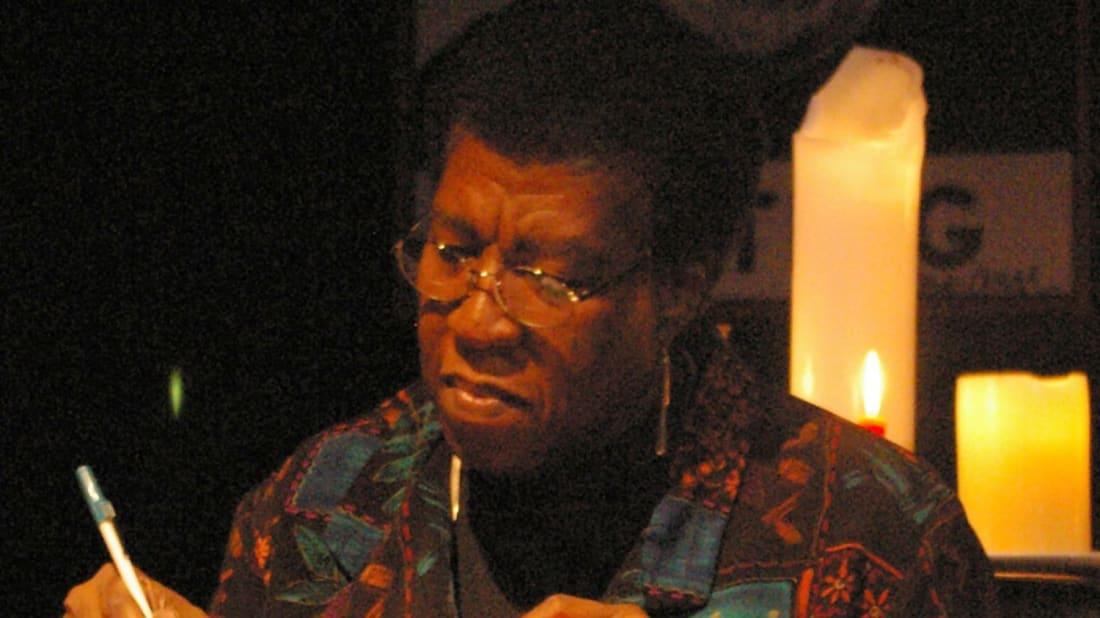 Octavia E. Butler ký tặng một bản sao của Fledgling tại một buổi ký tặng sách.
