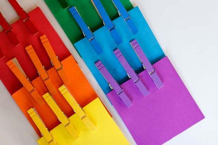 chỉ cho trẻ cách so sánh màu sắc bằng cách sử dụng các hình vuông và chốt đó.