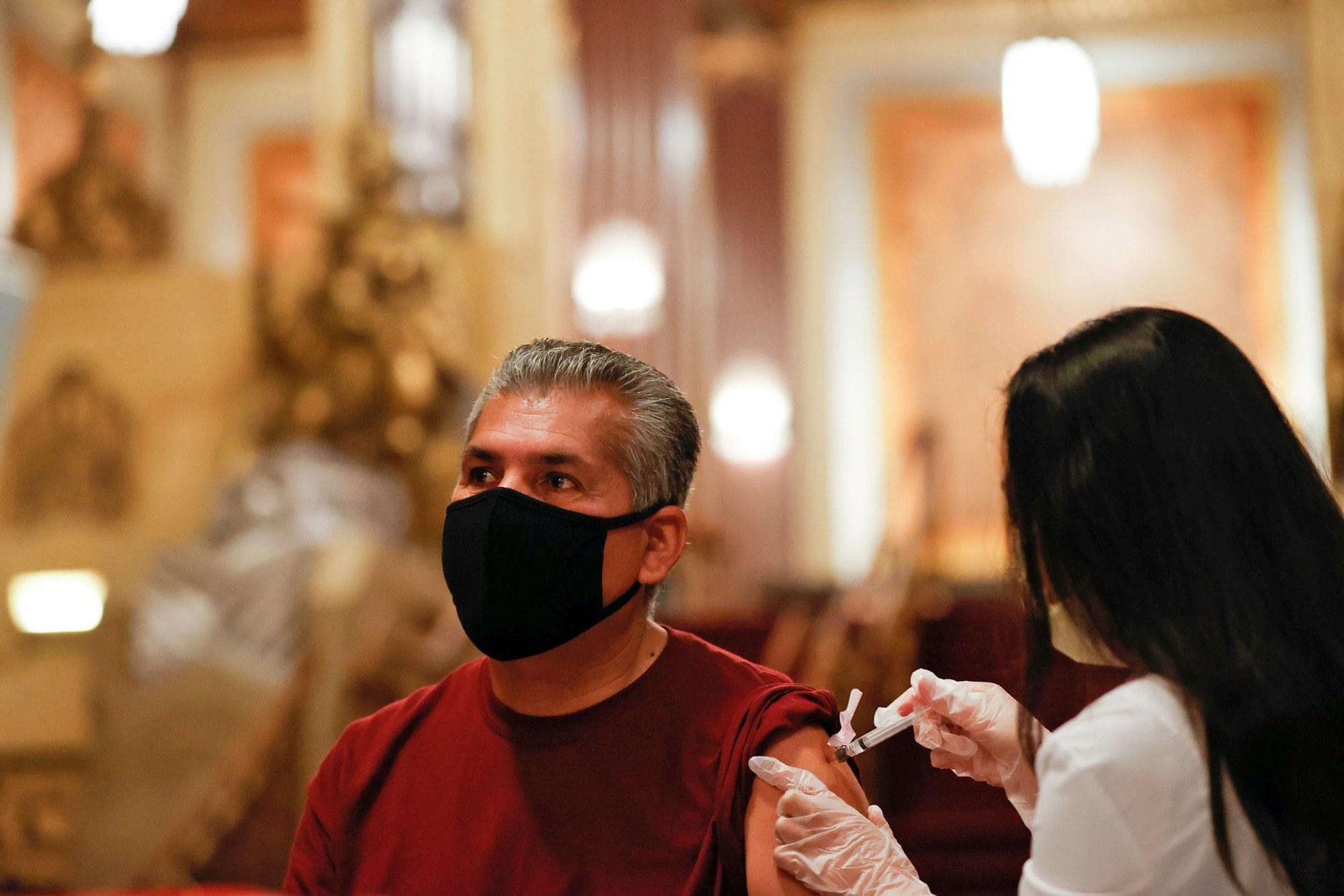 Jesus Oronoz được tiêm vắc-xin Johnson & Johnson tại một phòng khám pop-up ở Los Angeles vào ngày 12 tháng 6.