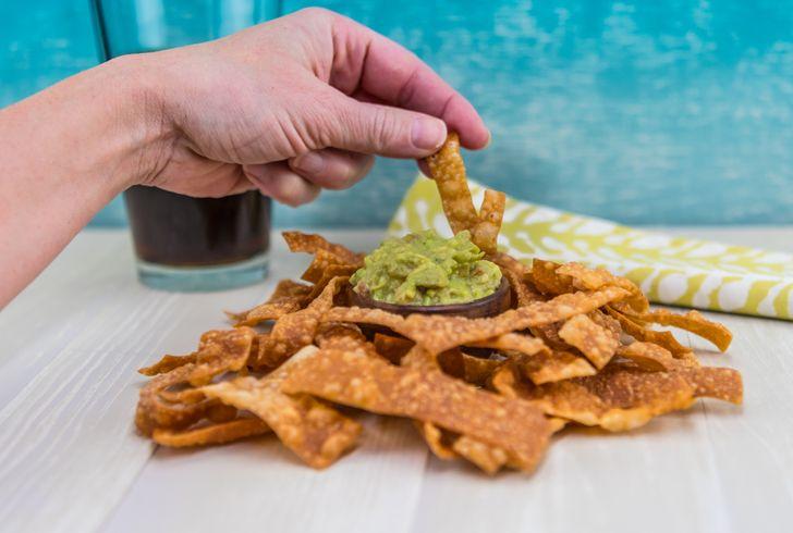 Dùng tay không thuận của bạn để ăn ít hơn. Ảnh: © shutterstock.com