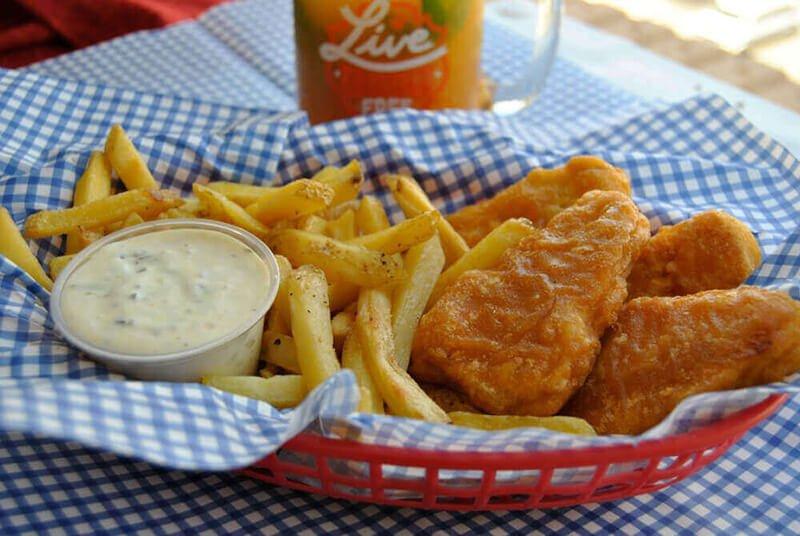Gardein phi lê cá, khoai tây chiên và nước sốt tartar thuần chay trong giỏ