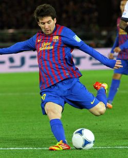 Messi sắp sút bóng.