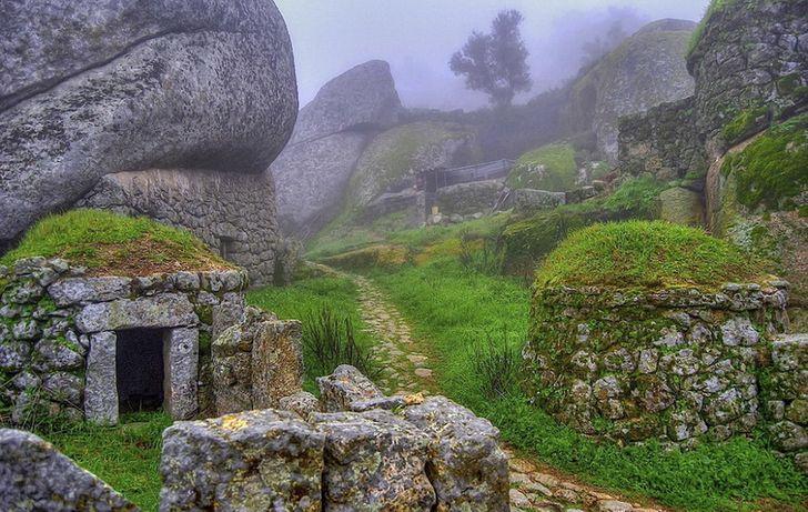 toàn bộ ngôi làng được xây dựng từ đá
