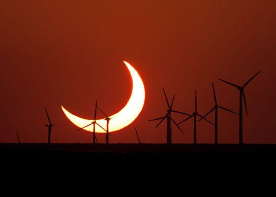 Evan Zucker đã chụp được bức ảnh mặt trời lặn bị che khuất một phần này vào ngày 20 tháng 5 năm 2012, ngay phía nam Elida, New Mexico. Zucker sử dụng máy ảnh Canon EOS Rebel Xsi với ống kính Canon f / 5.6 400 mm.(Ảnh: Evan Zucker)