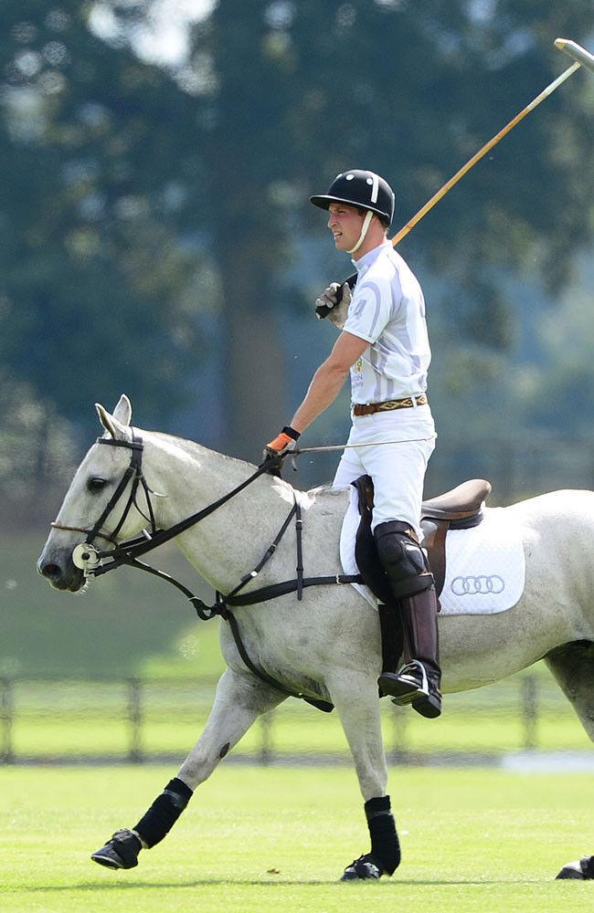 Việc anh ấy thuận tay trái là một vấn đề đối với môn polo