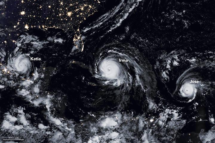Bộ máy đo bức xạ hình ảnh hồng ngoại có thể nhìn thấy (VIIRS) trên vệ tinh Suomi NPP của NASA / NOAA đã ghi lại dữ liệu cho bức tranh khảm của Katia, Irma và Jose khi chúng xuất hiện vào những giờ đầu ngày 8 tháng 9 năm 2017<br /> Ảnh: Đài quan sát Trái đất của NASA