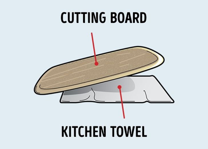 Muốn thớt không bị trơn trượt khi dùng, hãy trải một chiếc khăn dưới thớt.