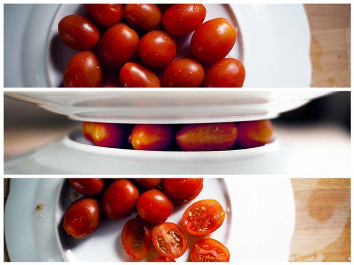 Ép nhẹ cà chua giữa hai chiếc đĩa, sau đó dùng dao sắc cắt lát giữa chúng.