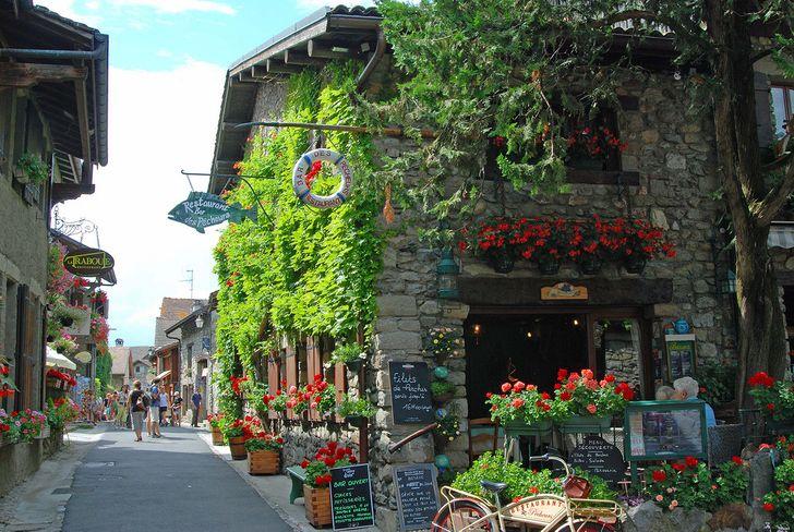 Ngôi làng Yvoire đầy màu sắc này đã hơn 700 năm tuổi.