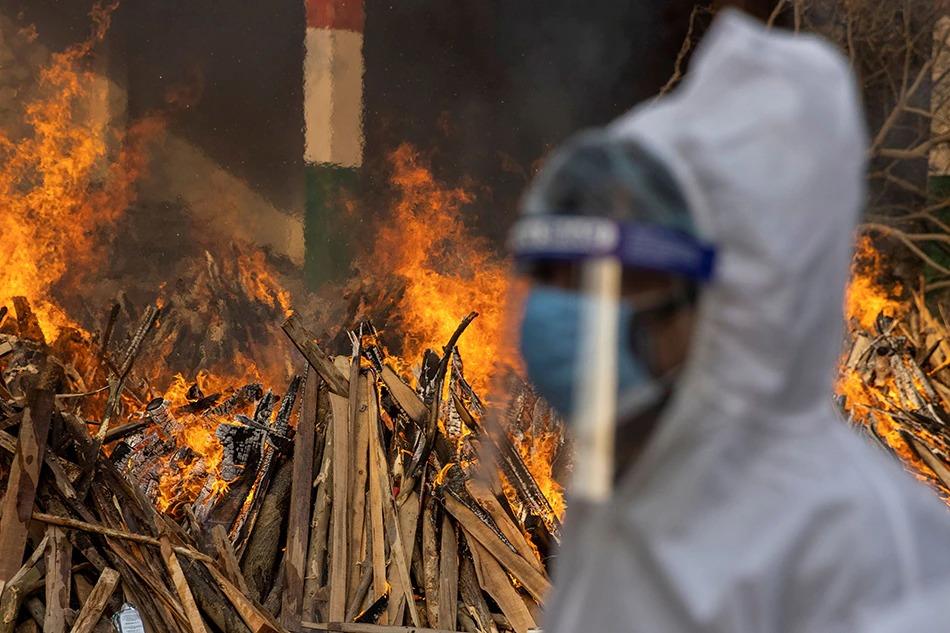 Một người đàn ông đi bộ sau khi hỏa táng người thân của mình, người đã chết do các biến chứng liên quan đến bệnh coronavirus (COVID-19), tại một khu hỏa táng ở New Delhi, Ấn Độ, ngày 28 tháng 4 năm 2021. Ảnh Danish Siddiqui, Reuters