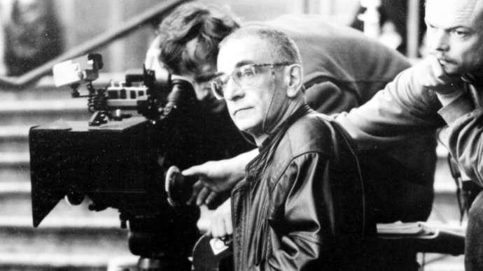 Krzysztof Kieślowski trên phim trường Blue (1993). Ảnh: © 1993 Miramax và MK2 Productions