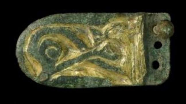 Lưỡi thắt lưng được trang trí theo phong cách động vật - phù hợp với thắt lưng da làm bằng kim loại màu mạ vàng, từ thời Carolingian . (Landesamt fur Denkmalpflege und Archaologie Sachsen-Anhalt, Silvia Eimer:Zenger News)