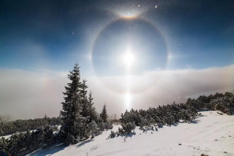 Bức ảnh về một vầng hào quang xung quanh mặt trời. Một người đàn ông đã chụp lại hiện tượng thời tiết hiếm gặp, được gọi là Sun Dog-mặt trời giả, trên máy ảnh. Ảnh: FILIP MAJERCIK/GETTY IMAGES