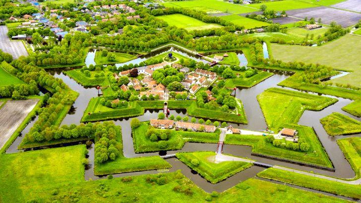 """Pháo đài Bourtange, còn được gọi là """"Pháo đài ngôi sao"""", nằm ở Hà Lan."""