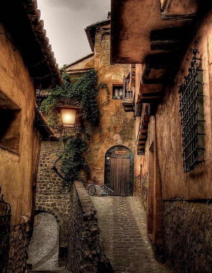 """Albarracín là """"thành phố đưa hình bóng đáng kinh ngạc của nó lên tầm cao""""."""