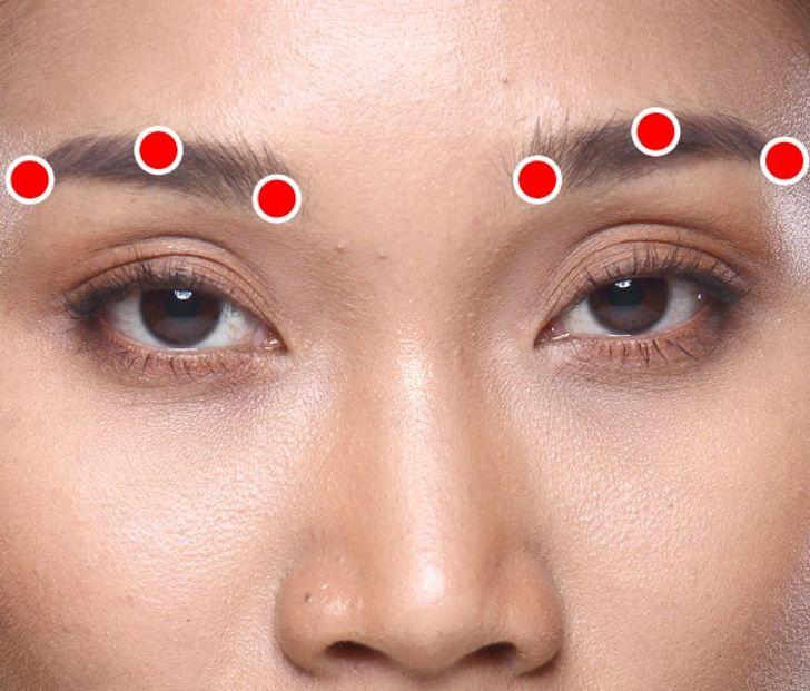 Nếu lông mày của bạn bị chùng xuống, Shiatsu có thể giúp sửa lại để trông trẻ trung hơn. Ảnh: © Depositphotos.com