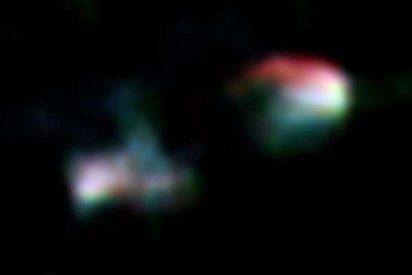 Hình ảnh tổng hợp băng tần vô tuyến của Arp 187 do kính thiên văn VLA và ALMA thu được (màu xanh lam: VLA 4,86 GHz, màu xanh lá cây: VLA 8,44 GHz, màu đỏ: ALMA 133 GHz). Hình ảnh cho thấy các thùy phản lực hai phương thức rõ ràng, nhưng nhân trung tâm (trung tâm của hình ảnh) là tối / không phát hiện được. Nhà cung cấp: ALMA (ESO / NAOJ / NRAO), Ichikawa et al.