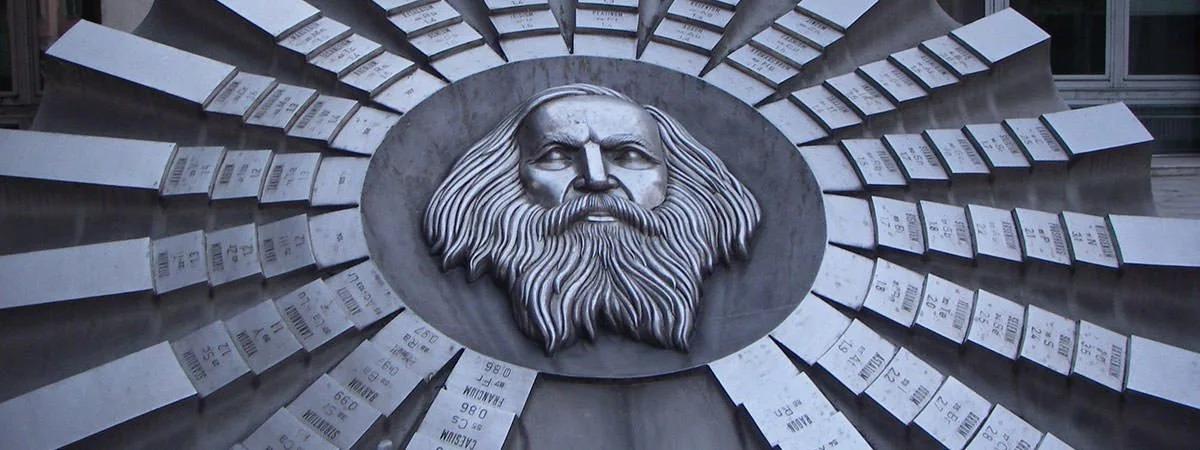 Tác phẩm điêu khắc để tôn vinh Mendeleev và bảng tuần hoàn, đặt tại Bratislava , Slovakia