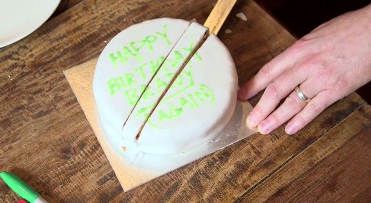 Thay vì cắt các lát bánh, hãy cắt bỏ phần ở giữa.