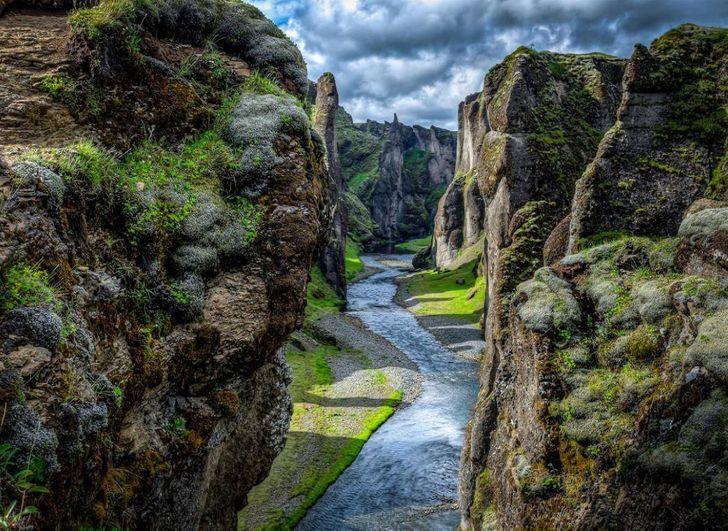 Hẻm núi Fjaðrárgljúfur, nằm ở phía đông nam của Iceland, là một sự sáng tạo đáng kinh ngạc của mẹ thiên nhiên.
