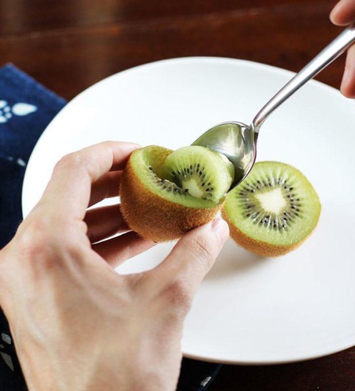 Bạn thậm chí không cần phải gọt vỏ trái kiwi, bạn chỉ có thể dùng thìa để xúc nó ra và thưởng thức.
