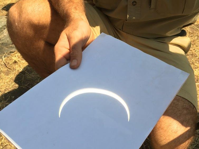 Máy ảnh lỗ kim có thể chiếu nhật thực lên giấy. (Ryan Milligan)