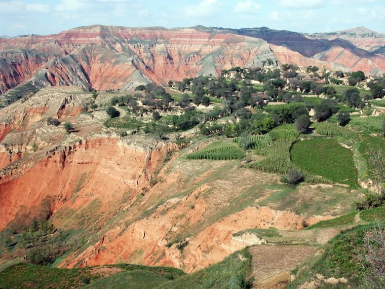 Trầm tích đỏ Kainozoi ở lưu vực Lâm Hạ ở tỉnh Cam Túc, tây bắc Trung Quốc.