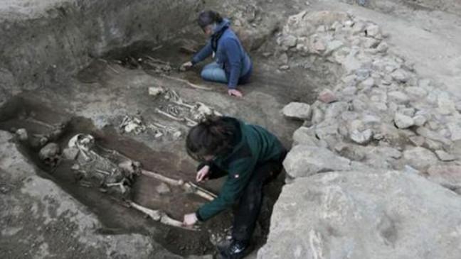 Khám phá những ngôi mộ thời trung cổ ở phần phía đông của nhà thờ. (Landesamt fur Denkmalpflege und Archaologie Sachsen-Anhalt, Felix Biermann: Zenger News)