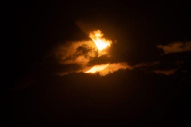 Mặt trời bị che khuất mọc trên Tobermory vào ngày 10 tháng 6 năm 2021 ở Ontario, Canada.