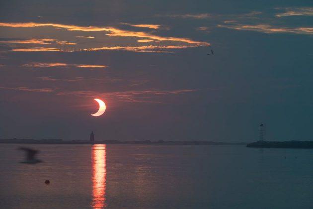 Mặt trời mọc phía sau Ngọn hải đăng chắn sóng Delaware ở Lewes, Del.