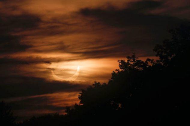 Khi mặt trời mọc ở Berkshires, mặt trăng đi qua giữa trái đất và mặt trời, đổ bóng của nó trên Bán cầu Bắc của trái đất cho nhật thực hình khuyên vào thứ Năm, ngày 10 tháng 6 năm 2021.