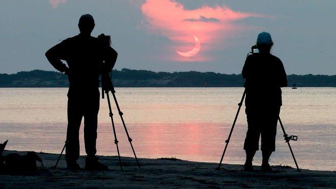 Steve Waite và vợ Sheryll đã đi từ Akron, Pa., Để chụp ảnh nhật thực mọc lên gần Ngọn hải đăng Barnegat vào sáng thứ Năm, ngày 10 tháng 6 năm 2021. Họ mất ba giờ lái xe để đến điểm này ở Cảng High Bar, NJ.