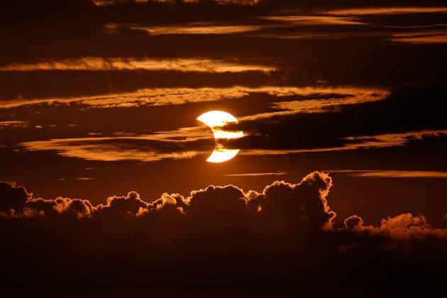 Ở Arbutus, Md., Nhật thực xuất hiện sau những đám mây.
