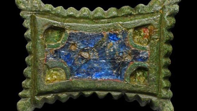Trâm cài hình chữ nhật bằng kim loại màu tráng men - móc cài với các mặt thu vào từ thời Carolingian. (Landesamt fur Denkmalpflege und Archaologie Sachsen-Anhalt, Friederike Hertel:Zenger News)