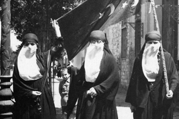 Phụ nữ che mặt biểu tình trong cuộc Cách mạng năm 1919