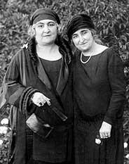 Huda Shaarawi (trái) cùng với nhà nữ quyền Safia Zaghlul (phải).