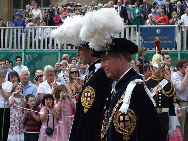 Được cha đi cùng, Hoàng tử William tiến đến Nhà nguyện St George, Windsor để được phong làm Hiệp sĩ của Garter .