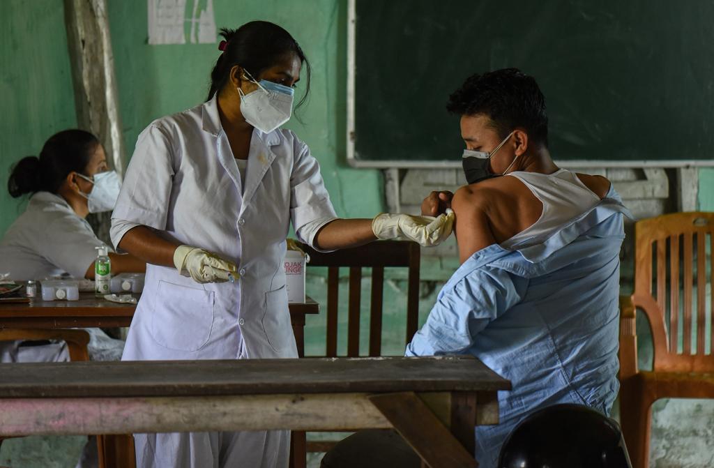 Một thanh niên tiêm vắc xin chống lại coronavirus COVID-19, tại một trung tâm tiêm chủng, ở Guwahati, Ấn Độ vào thứ Bảy, ngày 8 tháng 5 năm 2021. Chính phủ thông báo rằng tất cả mọi người trên 18 tuổi sẽ đủ điều kiện tiêm vắc xin. (Photo by David Talukdar/NurPhoto via Getty Images)