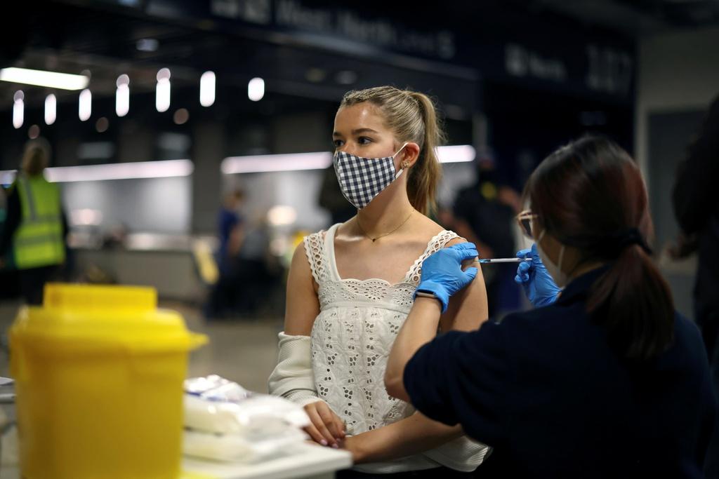 Tiêm vắc xin Covid-19 ở London (Anh). Ảnh: REUTERS