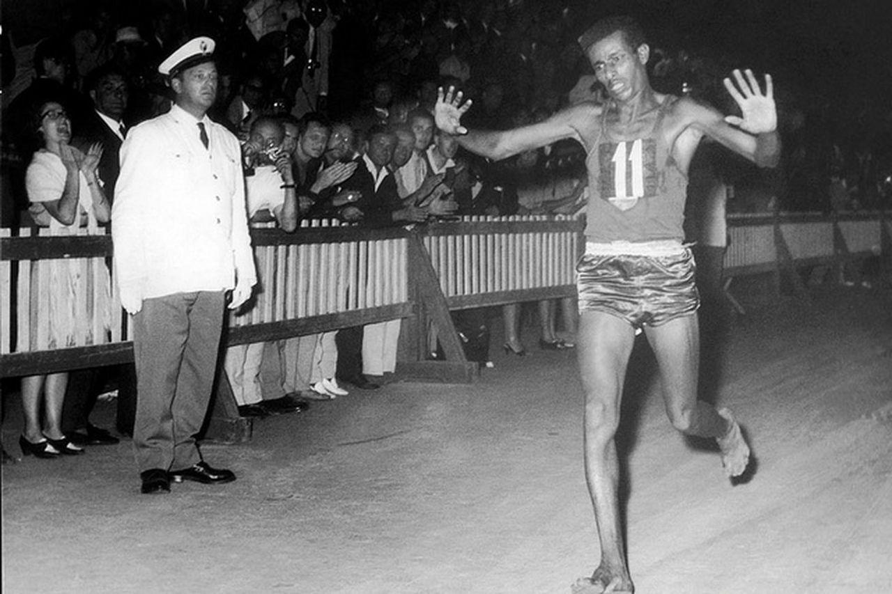 Abebe Bikila trong tại Thế vận hội Rome 1960. Ảnh: Comitato Organizatore dei Giochi della XVII Olimpiade / Wikimedia Commons