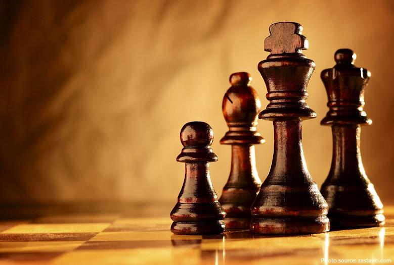 Trò chơi đếnTây Âu và Ngabằng ít nhất ba con đường, sớm nhất là vào thế kỷ thứ 9.Đến năm 1000, nó đã lan rộng khắp Châu Âu.
