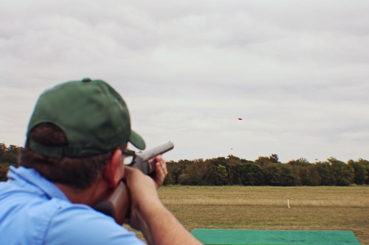 Thi đấu bắn súng xiên nhắm vào một mục tiêu bằng đất sét. Ảnh: Michael Satterfield / Unsplash