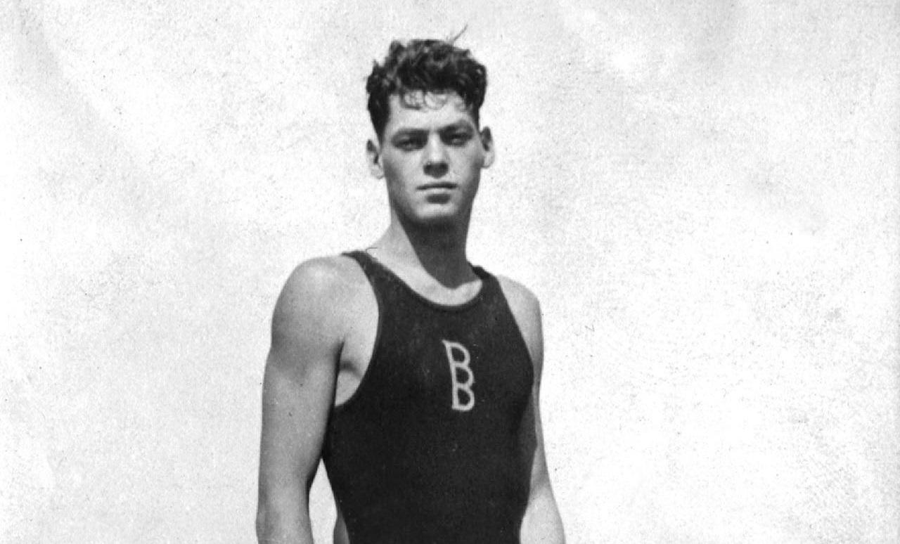 Một bức ảnh có từ những năm 20 của Johnny Weissmuller khi đứng trên thành bể bơi. Ảnh: AFP